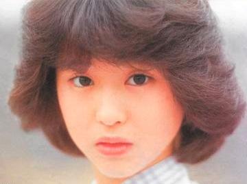 松田聖子のデビューシングル「裸足の季節」から、アナログEP盤で発売した「旅立ちはフリージア」までのAB面50曲を収録。アナログシングルジャケット復刻ブックレット